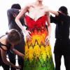 """Alexander McQueen 知名""""Parrot Dress"""" 變身成為彩虹糖果禮服"""
