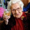 每天抽菸喝烈酒,英女子活到100歲