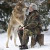 現代狼人!!79歲老翁每天與狼共用餐點