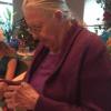 当祖母收到一个假Iphone作为圣诞礼物时却欣慰的笑了?~(内附视频)