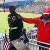 美國大叔幫淋雨站崗小兵撐傘 照片感動網友