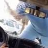 [影] 全被拍下!橙縣路怒男暴力撞擊擋風玻璃嚇死人