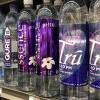 成人每年至少吃下5万个塑胶微粒!喝瓶装水比自来水惨