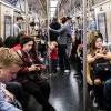 影/亞裔中年婦地鐵搶小女孩座位?紐約婦怒飆:妳玩我女兒 強力推倒趕走
