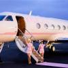 有錢人的生活就是不一樣!私人飛機像五星飯店,毛小孩也不用關進籠子裡