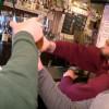 全美首例!威州法官推翻居家令 酒吧人擠爆 無人戴口罩