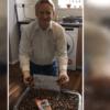 男子8年收集1.4万个洋芋片包装袋 世界最多纪录藏感人故事