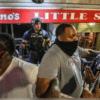 黑人拉人龙保护落单险被攻击的白人警察 网暖哭:都是脆弱的族群