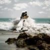 南加新婚夫婦拍婚紗照被海浪捲入海 所幸獲救