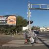 影/輪椅卡在鐵軌上險遭撞!女警果斷拉人救他一命