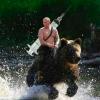 騎黑熊、背針筒渡河!普亭放梗圖:俄羅斯正拯救世界