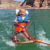 影/史上最小滑水者!6个月大婴儿「无防护」飙过湖面露灿笑
