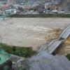 驚險影像曝光!梅莎襲韓河水暴漲 男向客車大喊「別過來」瞬間橋塌