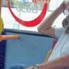 影/公車上有蛇! 他把活蟒蛇纏頸當口罩 民眾傻眼