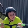 影/拍摄者不救?小男孩被鸟攻击尖叫逃跑 爸爸却笑了