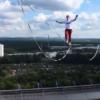 影/破世界紀錄!德男子73公尺高空 「走繩」跨230公尺