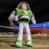 2歲童機上遺失巴斯光年「成功返家」 媽看照片和信秒落淚