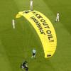 环团人士乘滑翔翼抗议出槌 掉进欧国杯赛场致2伤