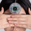 韓國設計師發明第三隻眼 諷刺低頭族手機成癮[影]