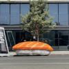 洛杉磯街頭驚現10尺高醬油包+🍣三文魚壽司   🍗 巨型烤雞公園浮遊… Postmates 广告真會玩