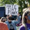 不满 Netflix 喜剧冒犯跨性别族群 百人总部前抗议