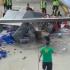 影/驚險!美機場送餐車瘋狂打轉 差點撞上小飛機