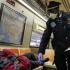 影/紐約街友住地鐵過夜 恐成防疫漏洞