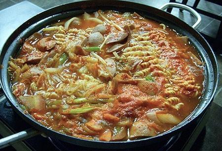 800px-Korean.cuisine-Budae.jjigae-01