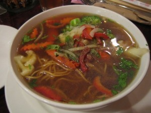 湯喝起來就像泰國Tom Yum Soup的Royal noodle